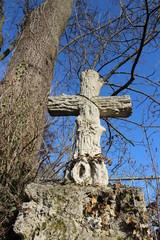 Holzkreuz in der Natur