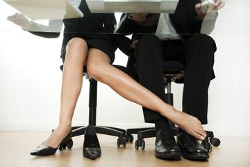 femme qui flirte avec un homme au travail