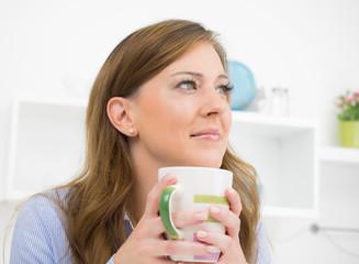 hausfrau entspannt mit tasse tee