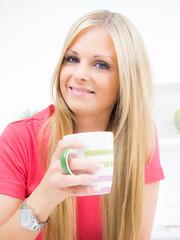 Junge hübsche Frau macht Pause in der Küche