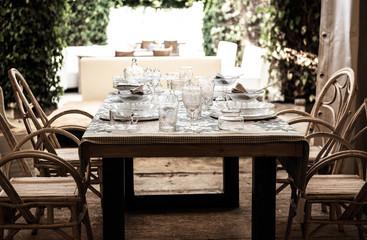 Tisch,gedekt,Glasgeschirr,Teller,Gläser,Stimmung,Gäste,Holzstühle,eingedeckt,Natur,Holztisch,Garten,