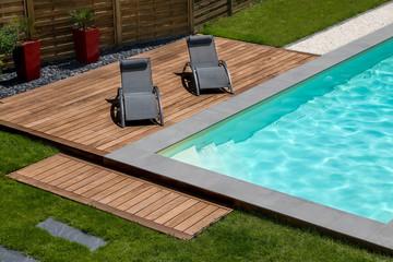 piscine terrasse en bois exotique et transat