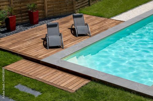 piscine terrasse en bois exotique et transat\