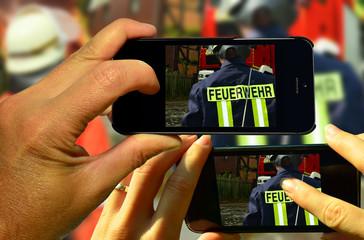 Gaffer fotografieren Feuerwehrmänner beim Einsatz