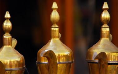 Orientalische Kaffeekannen auf dem Souq von Doha