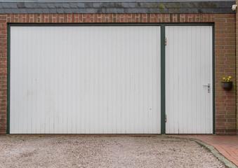 Weißes Garagentor mit weißer Tür