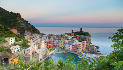 Keuken foto achterwand Athene Vernazza bei Sonnenuntergang Cinque Terre Ligurien Italien