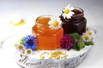 мед в стеклянных банках с полевыми цветами