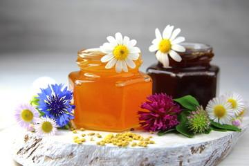 цветочный и гречишный мед в банках с полевыми цветами