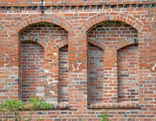 Historische Backsteinfassade mit Rundbögen