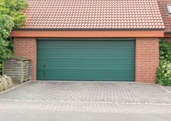 Garage mit einem großen grünen Tor