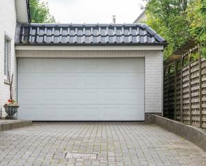 Garage mit einem großen weißen Tor
