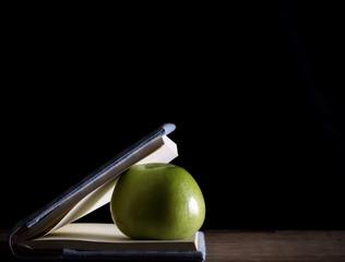 яблоко лежит в блокноте вечером отдых