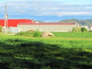 Bunker vor Gewerbehalle in Albanien