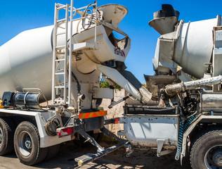 camion toupie transférant le béton dans un camion toupie avec pompe à béton