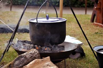 Mittelaltermarkt, eine Koch und Feuerstelle mit schwarzen Kochtopf