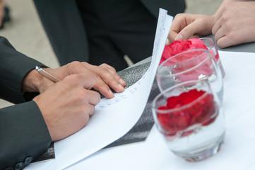 Mann leistet Unterschrift mit Füller