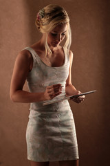 Frau plant Hochzeitsfest