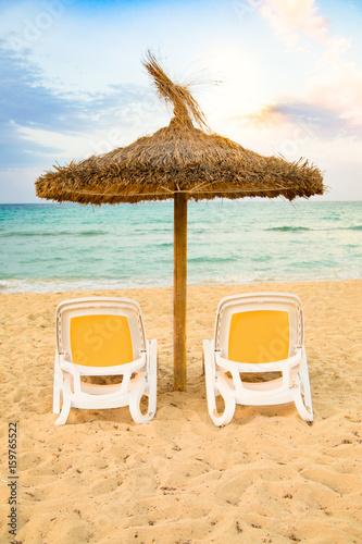 Sonnenliegen Mit Sonnenschirm Aus Stroh Am Strand Vom Mittelmeer