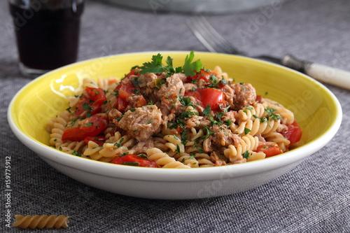 Piatto Di Pasta Italiana Con Pesce Tonno E Pomodori Stock Photo