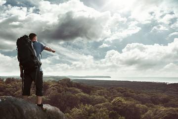 Wanderer auf einem Berg zeigt auf etwas