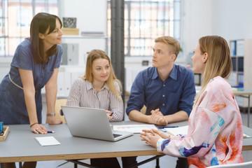 team in einem besprechung im büro