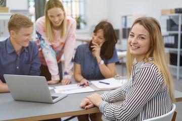 team im büro in einer besprechung