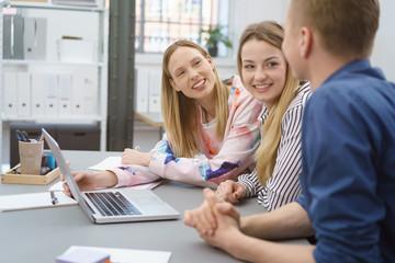 studenten arbeiten zusammen an einem projekt