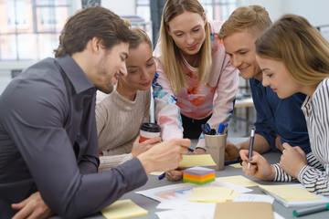 junges team arbeitet zusammen an einem projekt