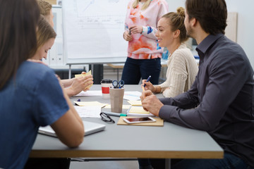 team in einer besprechung im büro