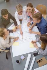 gruppe im büro plant ein projekt