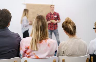 teilnehmer an einer konferenz hören einem vortrag zu