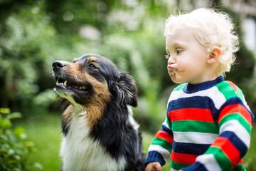 Kind möchte den Hund küssen