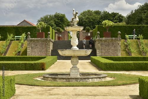 La fontaine et l\'escalier rustique au Jardin à la Française au ...