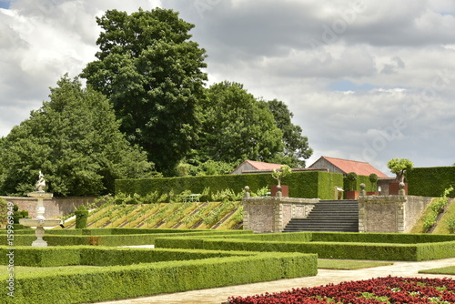 Le jardin à la française avec son escalier d\'accès et sa fontaine ...