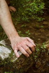 Manos de hombre con agua fresca de manantial