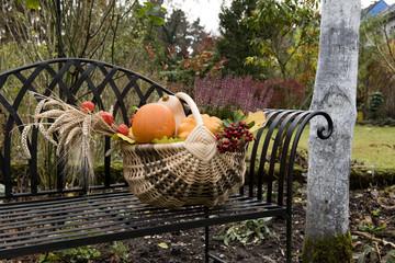Garten im Herbst, Strohkorb