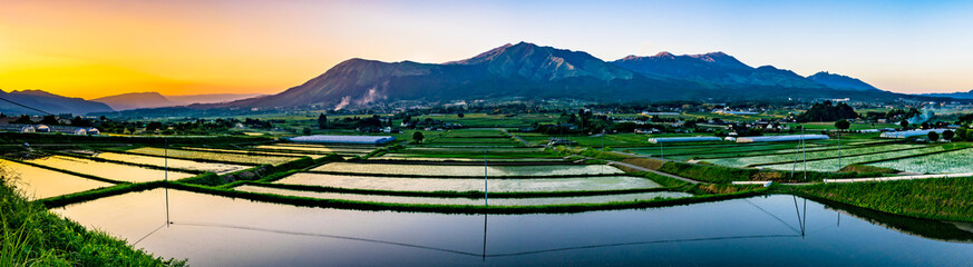 阿蘇山と田園の夕景