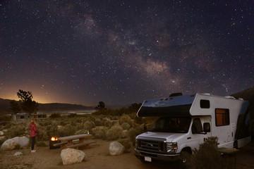 Campen mit dem Wohnmobil unter Sternenhimmel und Milchstraße in den Alabama Hills am Fuße der Sierra Nevada bei Lone Pine, Kalifornien
