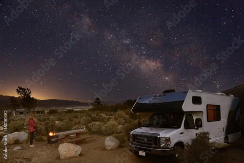 campen mit dem wohnmobil unter sternenhimmel und. Black Bedroom Furniture Sets. Home Design Ideas