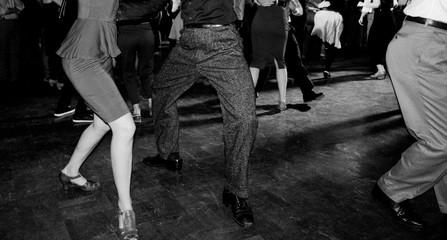 Coppia balla al party swing