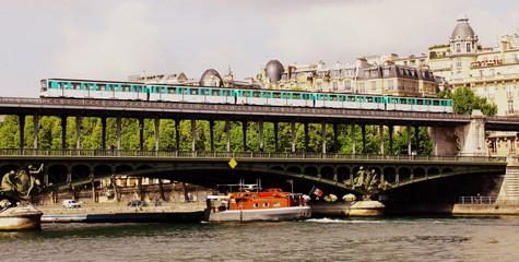 métro parisien sur un pont sur la seine
