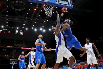 Italy's Hackett goes for the basket against Israel's Fischer during their 2015 EuroBasket 2015 round of 16 match at the Pierre Mauroy stadium in Villeneuve d'Ascq