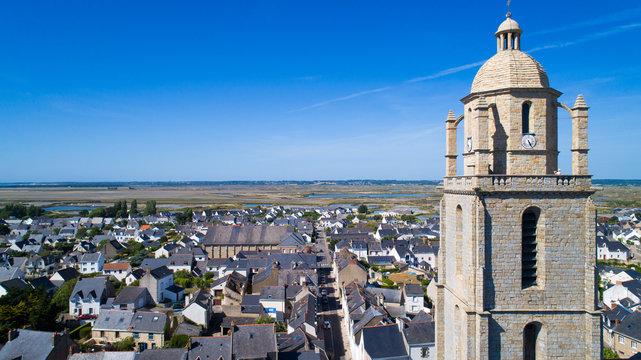 L'église Saint Guénolé de Batz sur Mer et vue sur les marais salants de Guérande, France