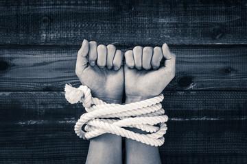 ロープで縛られた手