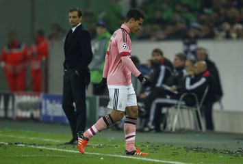 Juventus' Hernanes leaves the pitch after beeing sent off by referee Bjoern Kuipers during their Champions League group D soccer match in Moenchengladbach
