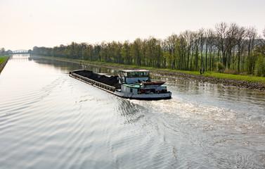 Mit Kohle beladenes Frachtschiff auf dem Schleusenkanal in der Wesermarsch