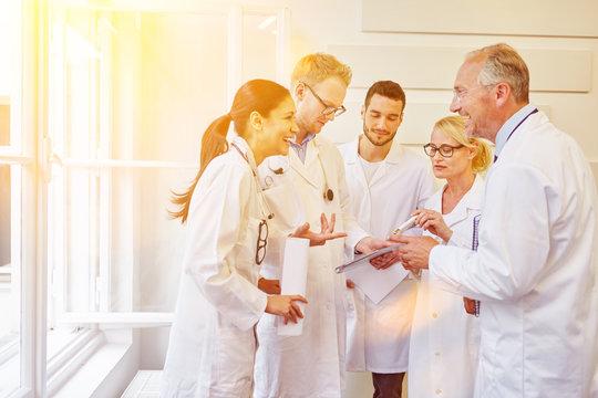 Kommunikation bei Meeting im Ärzteteam