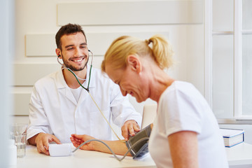 Freundlicher Hausarzt misst Blutdruck