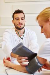 Arzt bei Vorsorge Untersuchung